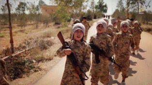 Chicos soldados. Niños del Isis entrenan con uniformes y fusiles automáticos en un video de propaganda.