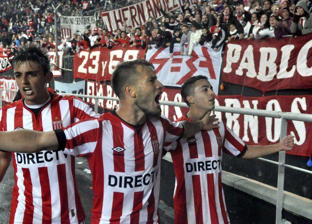Locura pincha. La Gata Fernández celebra con sus hinchas su segundo gol.
