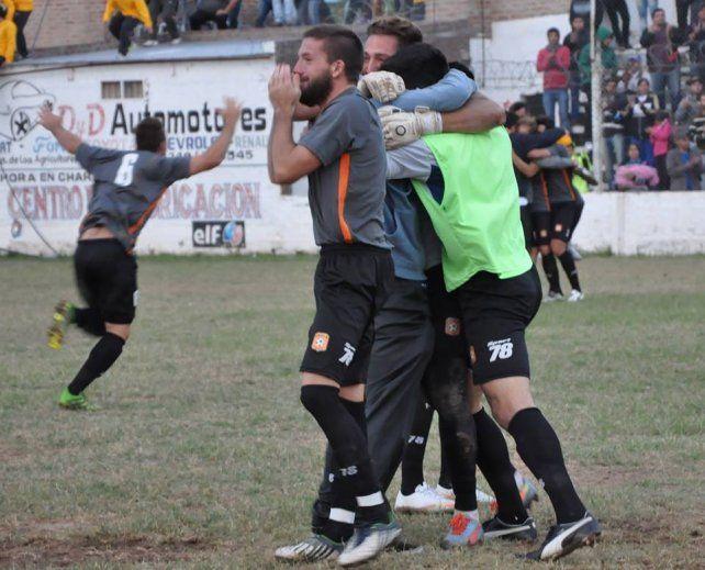 Gran festejo en Chaco. Los jugadores del equipo del Viaducto celebran tras la infartante tanda de penales ganada.