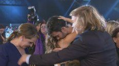 El abrazo entre Lali Espósito y Mariano Martínez al ganar el Martin Fierro.