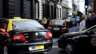 Los taxis circulan por la ciudad realizando un paro activo.