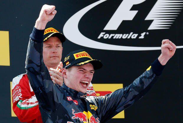 El niño Max da rienda suelta a su alegría en el podio de Montmeló y detrás un frío Kimi lo aplaude.