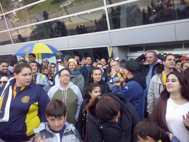 Los hinchas canallas copan el aeropuerto de Fisherton para despedir al equipo de Central  rumbo a Medellín