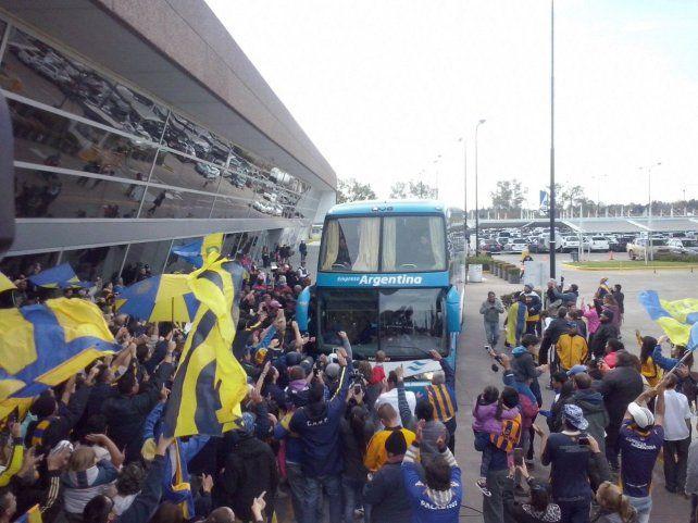 El plantel de Rosario Central llega al aeropuerto de Fisherton para embarcar a Colombia.