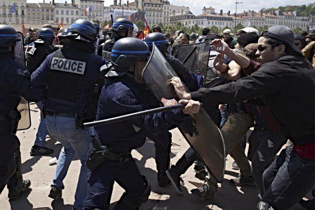 Agitación social. Batalla campal entre manifestantes y policías en Lyon.