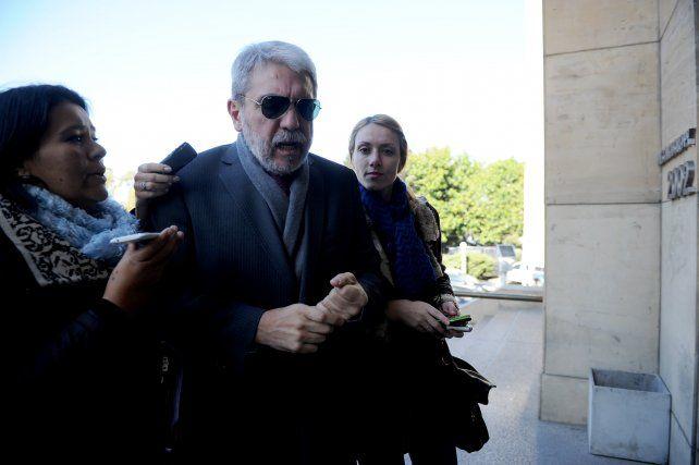 Fernández llega ayer a Tribunales.