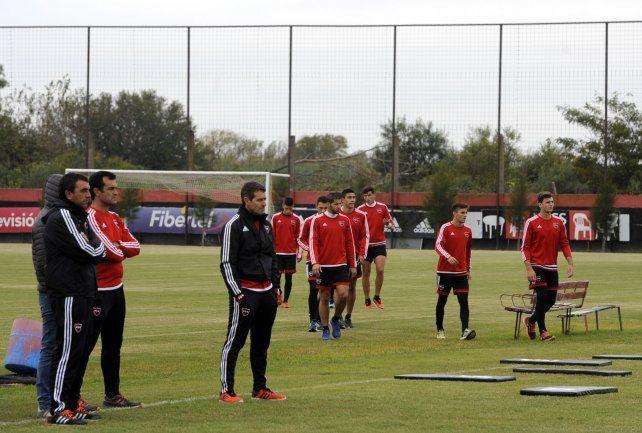 Primer Día. Diego Osella y los futbolistas se reunieron en el predio de Bella Vista para comenzar la semana de trabajo.