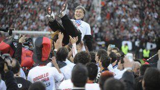 Bien alto. Martino es arrojado al aire por los jugadores durante la celebración del título del torneo Final 2013. El Tata lo hizo posible.