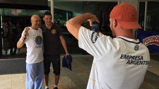 Damián Musto se prestó amable a los requerimientos de los hinchas canallas que se acercaron al hotel donde se aloja Central en Medellín