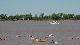 Los kayakistas surcan las aguas del río Paraná año tras año.