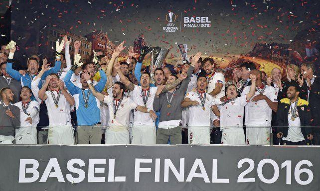 La celebración del plantel por otra Europa League.
