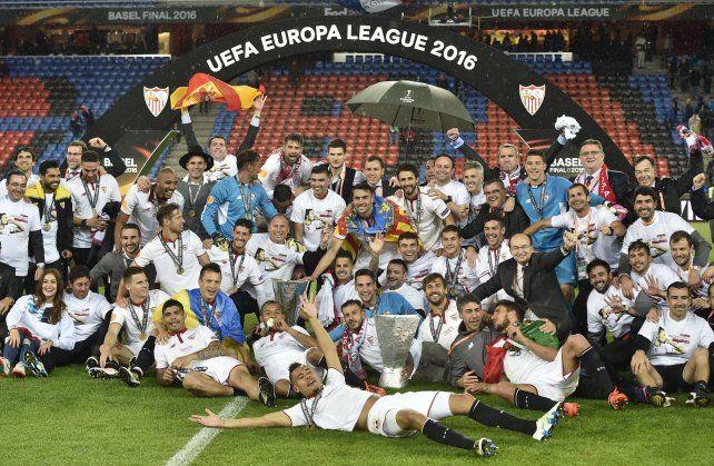 La imagen final de los festejos de Sevilla en pleno campo de juego.
