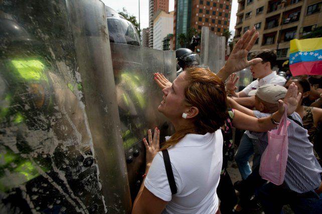 No pasarán. Fuerzas de seguridad bloquearon a los manifestantes. Hubo al menos 18 heridos y diez detenidos.