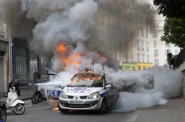 Disturbios. Un patrullero fue incendiado por manifestantes en París.