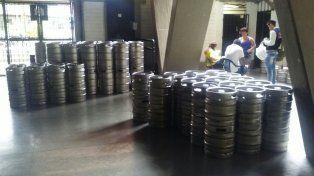 Preparados. Un intenso ajetreo mostró el estadio ayer: 800 barriles de cerveza sin alcohol.