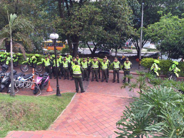 El operativo de seguridad frente al hotel donde se reúnen los hinchas de Central en Medellín