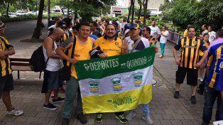 Los hinchas de Central reúnen su euforia canalla en Medellín para ir juntos hacia el estadio