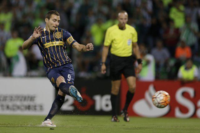 Marco Ruben saca el derechazo que se convertirá en el gol del canalla en Medellín.