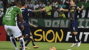 Marco Ruben festeja el gol de penal que le da la victoria al canalla en Medellín.