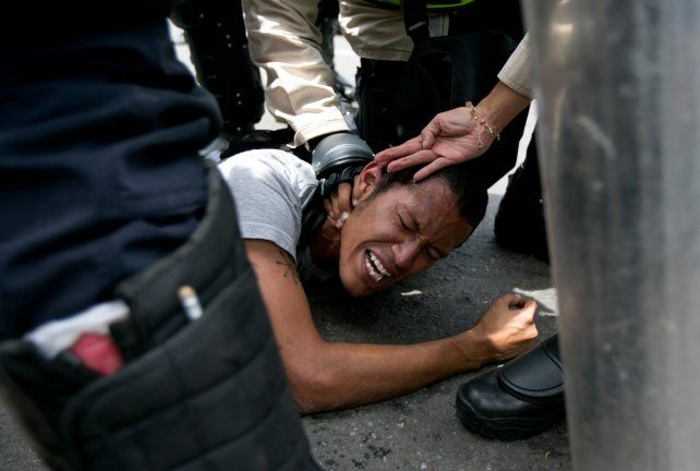 Represión. Un manifestante opositor es detenido por la policía en Caracas durante la marcha del miércoles.