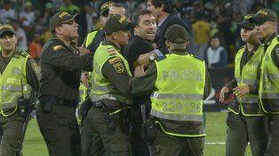 Sacado. El técnico canalla es contenido por la seguridad del plantel canalla y los policías colombianos.