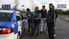 Familiares y allegados del remisero, esta mañana sobre el puente de calle Ayacucho. Hubo diálogo con la policía, pero el corte seguía.