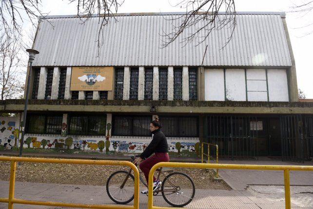 El enfrentamiento se dio en la puerta de le escuela de San Lorenzo y Wilde. (Foto.C. Mutti Lovera)