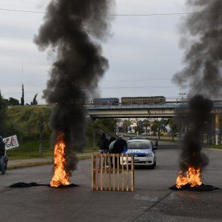 Mientras la Fiscalía avanza en la investigación, los familiares y compañeros del remisero protestan en Circunvalación y Ayacucho.