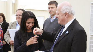 El gobernador Miguel Lifschitz hace entrega de las llaves de su vivienda a una nueva propietaria.