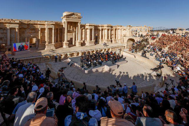 Música de Bach. Valery Gergiev conduce en el anfiteatro romano de Palmira a la Orquesta Sinfónica Mariinsky
