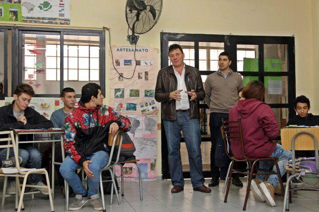 Bienvenida. Raimundo recibió a los estudiantes en el Centro Cultural.