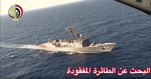 Búsqueda. Una nave de la marina egipcia es sobrevolada por un avión de patrulla en la zona del hallazgo.