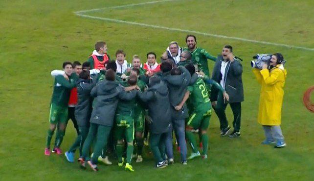 El festejo de los jugadores de Sarmiento tras conseguir la permanencia.
