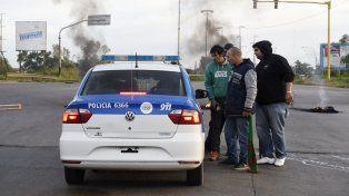 Compañeros y familiares de Colberg cortaron los accesos a Villa Gobernador Gálvez tras el ataque.