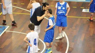 El entrenador Matteo Bruni besa a Gabrielle antes de ejecutar el tiro libre que le dio el triunfo a su equipo.