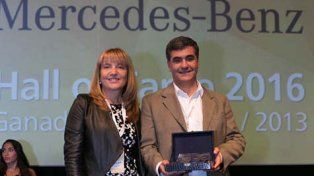 Premio. Avila entregó a Mercedez-Benz el galardón por ingresar a Hall of Fame.
