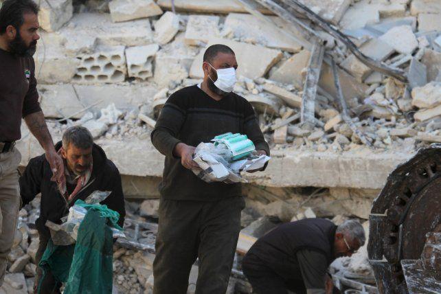 Penoso. Médicos rescatan insumos médicos de un hospital bombardeado en Siria.