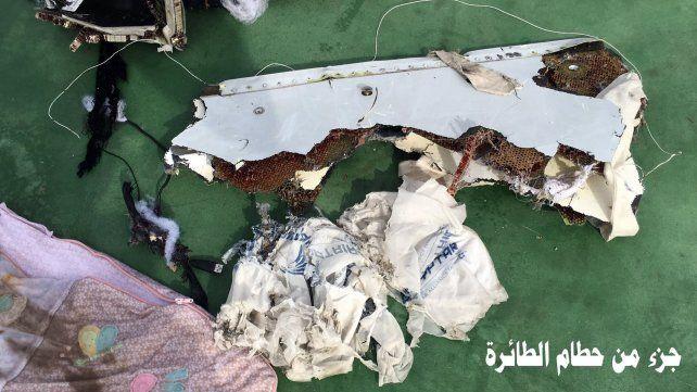 Búsqueda. Autoridades egipcias muestran restos del Airbus que cayó en el Mediterráneo antes de llegar a destino.