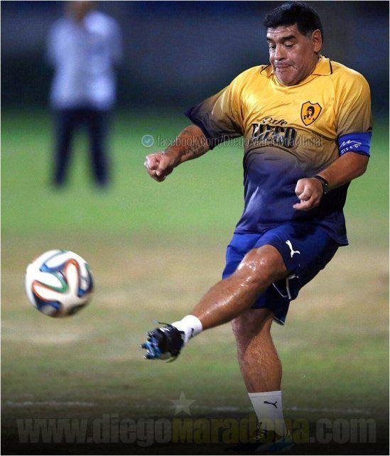 Maradona integra un equipo de veteranos en Dubai.