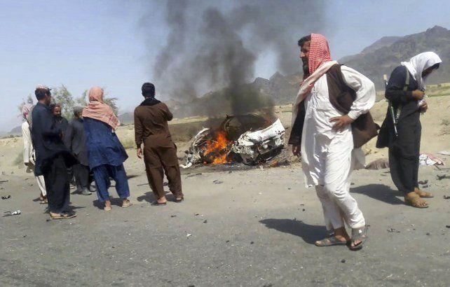 restos. El auto en el que se desplazaban el mulá Mansur y sus hombres por una ruta de la provincia de Baluchistán.
