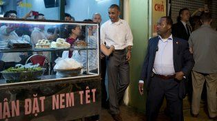 Obama cenó en un restaurante de Hanói con el chef y periodista Anthony Bourdain.