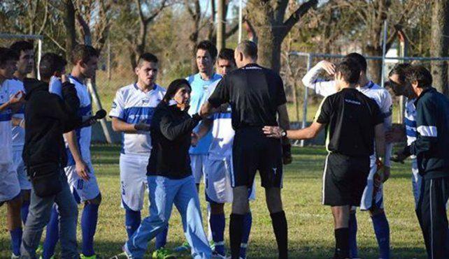 La médica obligó al árbitro a que sacara de la cancha a Claudio Delamorclaz