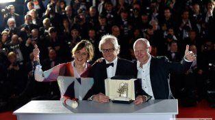 El Oro. Kean Loach (centro) muestra el galardón junto a la productora y el guionista de Yo