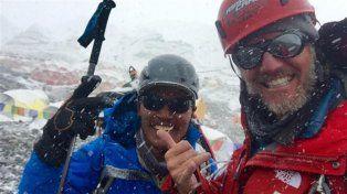 Nieve y viento. Arana (a la derecha) sonriente y junto a un otro integrante de la expedición argentina.