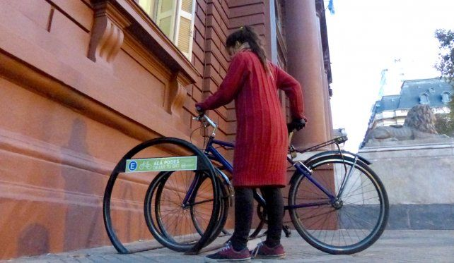 En bici a la municipalidad. La intención inicial del proyecto es estimular entre los trabajadores municipales el uso de la bicicleta como medio de transporte.