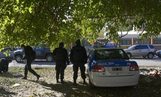 Bajo fuego. Efectivos de la Policía de Acción Táctica y del Comando Radioeléctrico montaban guardia ayer frente a la escuela de Lamadrid y Alice.