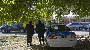 Efectivos de la Policía de Acción Táctica ayer frente a la escuela de Alice y Lamadrid.