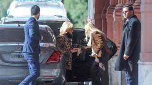 Mirtha Legrand desciende de su vehículo en la Casa Rosada para reunirse con el presidente Macri.
