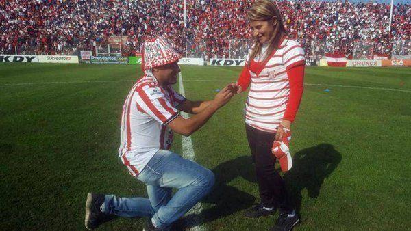 Un joven le pidió casamiento a su novia en una cancha de fútbol y ante 20 mil personas