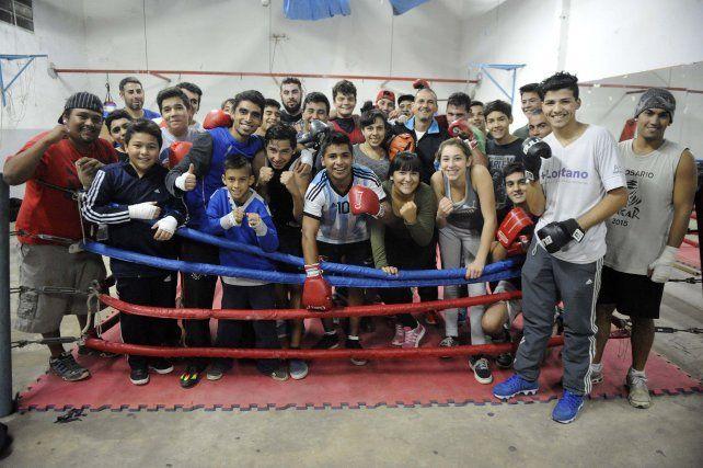 Unos 50 chicos y chicas de entre 11 y 38 años hacen gala al nombre del club y entrenan juntos.
